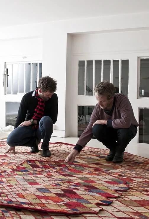 i designer e fratelli Erwan e Ronan Bouroullec analizzano i campione del tappeto Nanimarquina Losanges