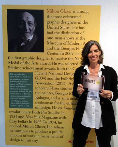 Nani Marquina, la fondatrice dell'azienda di design di tappeti di design, mostra il premio ricevuto