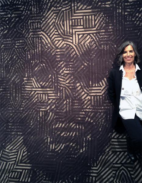 Nani Marquina a fianco di uno dei tappeti Shakespeare, nel quale è abilmente illustrato il ritratto del poeta inglese