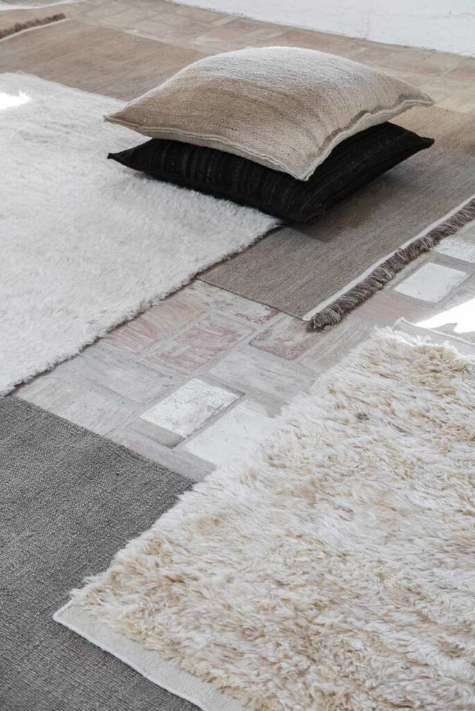 tappeti Nanimarquina Wellbeing a confronto:  il Nettle Dhurrie (a pelo basso, fatto a mano materiale 50% ortica + 50% iuta) e il Wellbeing Wool chobi (a pelo lungo, in lana cardata a mano)